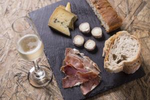 Tabua de queijos e embutidos Ovo e Uva com vinho branco (Foto Marco Pinto)